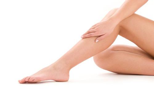 Como tratar los vellos encarnados en las piernas